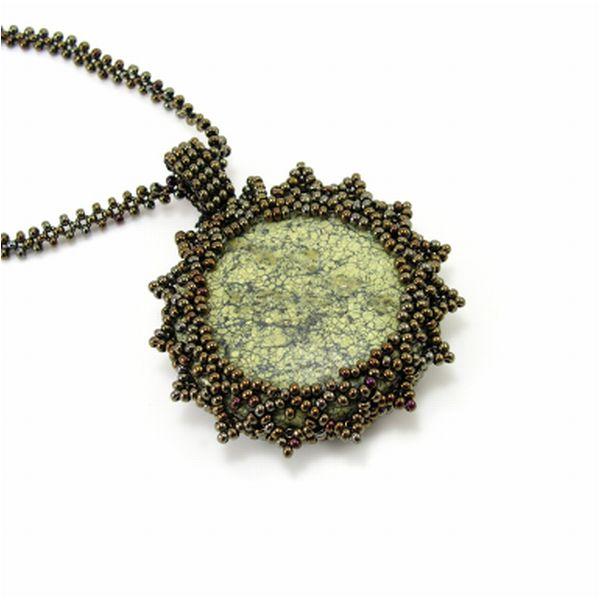 Szerpentin ásvány medál, gyöngy foglalatban